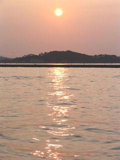 松島方面に昇る朝日