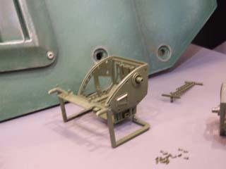 左脇は装甲板付き、右脇は未装着の骨組みのみ