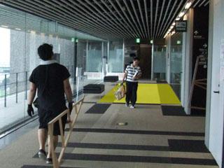 色の交流室前の廊下